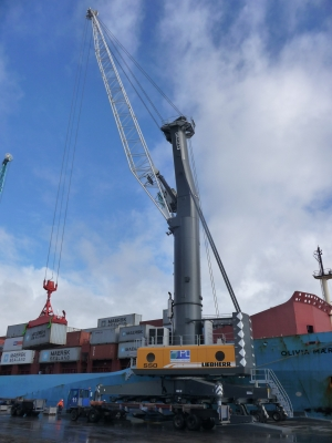 Gladstone gets Australia's largest mobile harbour crane