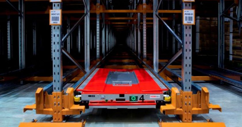 MHD-robots-in-the-warehouse-DC-automation